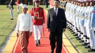 Chủ tịch Trung Quốc Tập Cận Bình (P) và tổng thống Miến Điện duyệt hàng quân danh dự tại Naypyitaw ngày 17/01/2020.