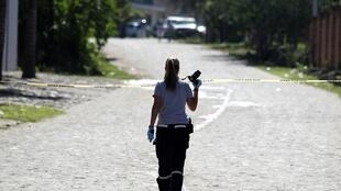 Agente de la Fiscalía Especializada en la Búsqueda, Localización e Investigación de Personas Desaparecidas, en Tlajomulco de Zuniga, estado de Jalisco, tras el descubrimiento de una fosa común clandestina, en noviembre de 2019.
