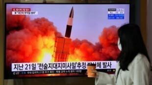 韩国民众观看朝鲜试射飞行体报道资料图片