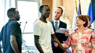 Cérémonie d'accueil pour des Soudanais récupérés en mer par l'«Aquarius», à Lille, dans le nord de la France, le 3 août 2018.