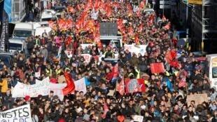 Manifestação em Marselha nesta terça-feira (10) contra o projeto da reforma da Previdência de Emmanuel Macron.