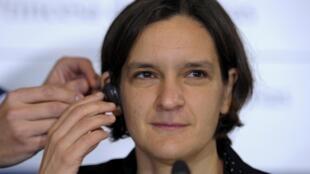 اقتصاددان فرانسوی، خانم اِستِر دوفلو، یکی از سه برندۀ جایزۀ نوبل اقتصاد سال ٢٠١٩ –این عکس در یک کنفرانس مطبوعاتی در اویدو (اوبیدو) در اسپانیا در سال ٢٠١۵ گرفته شده است.