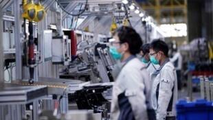 中國上海一家汽車工廠復工車間照片