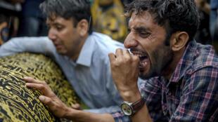 Les proches de Shujaat Bukhari, le rédacteur en chef assassiné du quotidien anglophone Rising Kashmir, pendant le cortège funèbre en 2018.