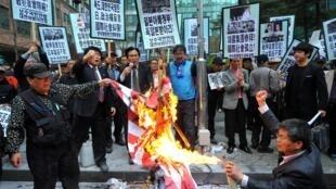 Des dizaines de militants sud-coréens ont brûlé un drapeau de l'armée impériale japonaise lors d'un rassemblement devant l'ambassade du Japon à Séoul le 25 avril 2013.