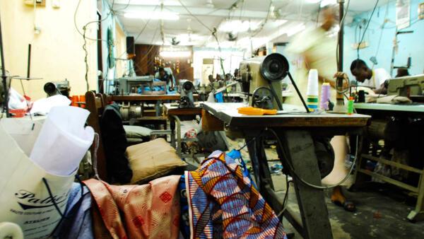 Dans les ateliers de Pathé'O à Abidjan. Le styliste référence du textile en Afrique, a longtemps travaillé le wax et se tourne désormais vers les textiles tissés et teints africains.