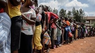 Distribution de nourriture dans un bidonville de Nairobi, au Kenya, le 2 avril 2020. Selon Oxfam, 10% de la population mondiale pourrait sombrer dans la pauvreté à cause de l'épidémie de coronavirus.