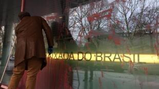 A embaixada do Brasil na Alemanha foi vandalizada durante a madrugada.