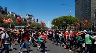 Des manifestants défilent dans les rues de Buenos Aires contre les mesures d'austérité demandées par le Fonds monétaire international (FMI), le 31 octobre 2019.