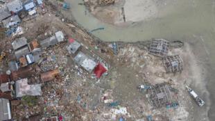 Cảnh làng Sumur, tỉnh Banten bị sóng thần tàn phá, nhìn từ trên không. Ảnh chụp ngày 25/12/2018.