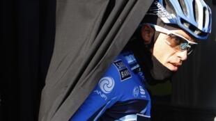 O cliclista Alberto Contador deixa o ônibus de sua equipe antes do início da primeira etapa de Maiorca, neste domingo.