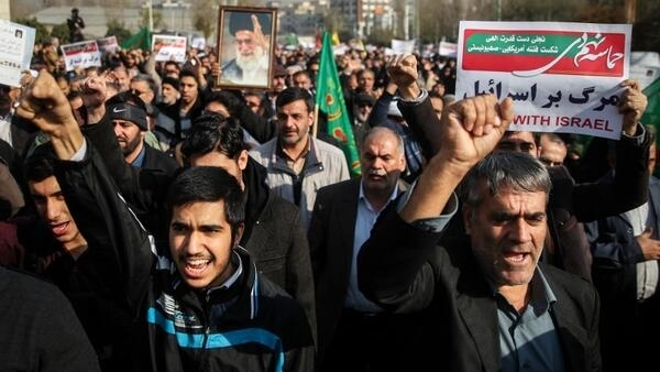 Iranianos em protesto a favor do governo na manhã deste sábado, 30 de dezembro de 2017.