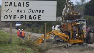 Сентябрь 2016. Строительство стены вдоль подъездной дороги к порту французского города Кале, которая должна помешать мигрантам попасть в Великобританию. Финансирование строительства взяло на себя британское правительство.