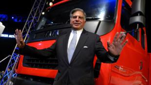 Ratan Tata devant un camion Tata, le 28 juin 2009 à Bombay, en Inde.