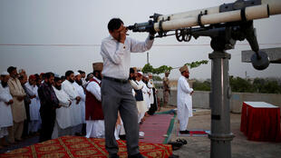 É a observação da lua, que indica o final do mês lunar do Xabã e o começo do Ramadã, que é o momento de purificação espiritual para os muçulmanos, e começa nesta segunda-feira (6). Foto do 16/05/18