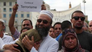 Des musulmans se réunissent contre le terrorisme, pour condamner les attentats de Barcelone et de Cambrils, le 21 août 2017, sur la Plaza Catalunya de Barcelone.