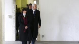 Mike Pence e a mulher, Karen, no campo de concentração de Dachau