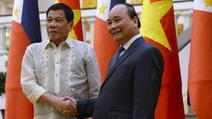 Tổng thống Philippines Rodrigo Duterte (t) và thủ tướng Việt Nam Nguyễn Xuân Phúc tại Hà Nội ngày 29/09/2016. Ảnh tư liệu.