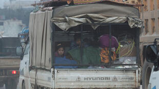 Des Syriens fuient les bombardements, dans la région d'Idleb, le 28 janvier 2020.
