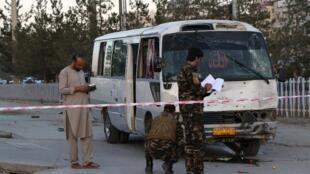وزارت داخله/کشور افغانستان اعلام کرد در انفجار یک بمب در مسیر اتوبوس حامل کارمندان یک شبکه تلویزیونی خصوصی در افغانستان، دو نفرکشته و چهار نفر زخمی شدند.