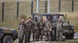 Exército monta guarda no perímetro do Eurotúnel, em Calais, no norte da França, em 5 de agosto de 2015.