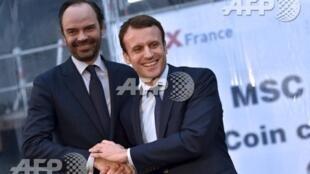"""Thủ tướng E. Philippe (T), một nhân vật được tổng thống Macron (P) lựa chọn để chuẩn bị một """"Big Bang"""" chính trị. Ảnh chụp ngày 01/02/2016 tại Saint-Nazaire, khi bộ trưởng Kinh Tế Macron gặp thị trưởng Le Havre trong một lễ khánh thành du thuyền Meraviglia"""
