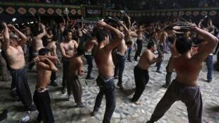 Fieis xiitas se autoflagelam durante a festa da Ashura em Kabul, no Afeganistão.