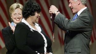 Tsohon shugaban kasar Amurka Bill Clinton lokacin da ya girmama wata mata a shekarar 1999.