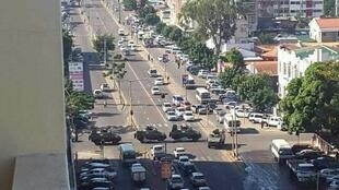 Blindados patrulham em Maputo em vésperas de manifestação de protesto contra a dívida.