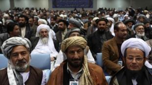 Membros da assembleia de anciãos afegãs que encerrou encontro neste domingo em Cabul.