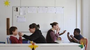 Des enfants autistes pris en charge par des éducatrices à Paris.