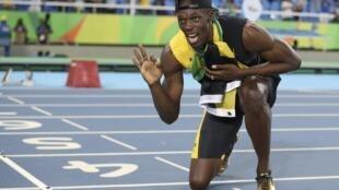 Usain Bolt posa para fotos ao receber sua terceira medalha de ouro na Rio 2016.