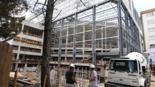 As obras no estádio Arena da Baixada, em Curitiba, estão tão atrasadas que a FIFA ameaçou excluir a cidade da Copa do Mundo.