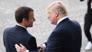 Emmanuel Macron e Donald Trump no 14 de julho de 2017 em Paris, comemorando juntos a festa nacional francesa