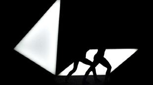 """Cena do espetáculo """"Drift"""", de Cindy van Acker, apresentado atualmente no Kaverne Basel, na Suíça"""
