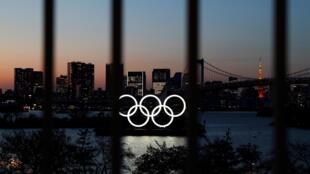 Les anneaux olympiques brillant à Tokyo, près de l'Odaiba Marine Park.