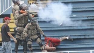 Confrontos violentos entre adeptos do Atlético Paranaense e do Vasco da Gama.