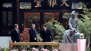 中国总理李克强,日本首相安倍晋三,韩国总统文在寅24日在成都参访杜甫草堂。
