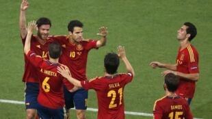Espanhóis comemorarm gol de Xavi Alonso na vitória sobre a França, em 23 de junho de 2012.