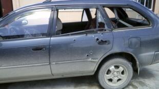 O carro usado pelas duas jornalistas da Associated Press ficou cravejado de balas após os disparos.