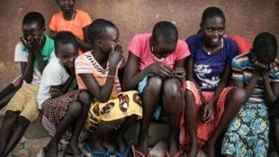 Estudantes de uma escola para meninas em Uganda que acolhe garotas que conseguiram fugir de casa para evitar a mutilação genital.