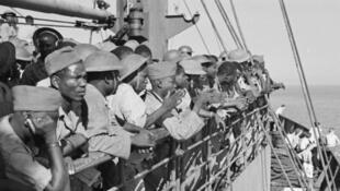 Des soldats africains, en route vers les côtes françaises, lors du débarquement du 15 août 1944 en Provence.
