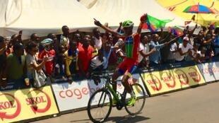 L'Erythréen Aman Ghebreigzabhier Werkilul remporte la course en ligne des Championnats d'Afrique 2018 de cyclisme sur route, à Kigali, ce 18 février.
