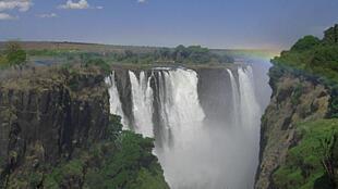 Les chutes Victoria, patrimoine mondial de l'Unesco, situées sur le fleuve Zambèze, qui constitue à cet endroit la frontière entre la Zambie et le Zimbabwe.