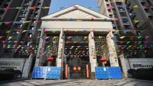 2月22日,武漢市一個小區,一道屏障阻擋了居民區的入口。