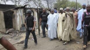 Gwamnan Jahar borno Kashim shetimma a lokacin da ya ke kai ziyara a Baga inda aka kai harin da ya kashe mutane 185 a Jahar Borno Arewacin Najeriya