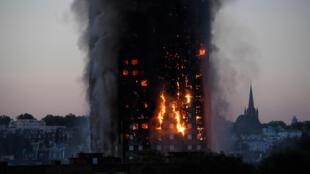 La Grenfell Tower entièrement submergée par les flammes, le 14 juin 2017.