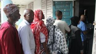 Les électeurs attendent de voter pour l'élection présidentielle à Moroni, sur l'île de Grande Comore, le 21 février 2016.