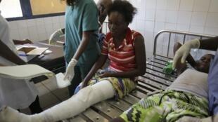 Une femme est traitée à l'hôpital central, après une série d'explosions dans le quartier Mpila à Brazzaville, le 5 mars 2012.