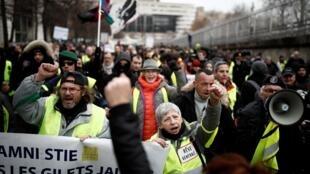 法国黄背心加入反对退休改革抗议行动。